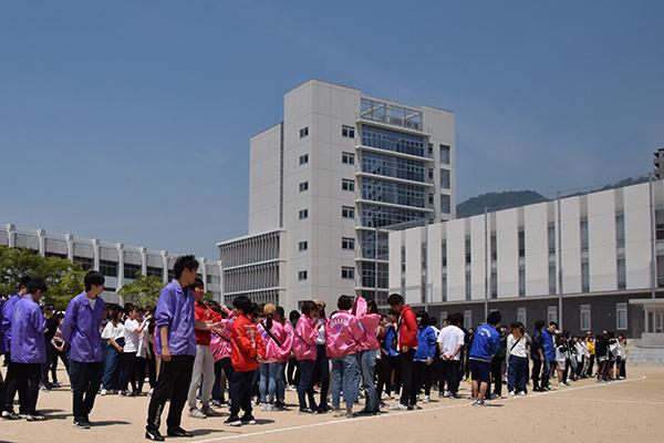 午前11時、会場となった第3グラウンドで開会式を待つ参加者たち。雲一つない晴天に恵まれ、絶好の運動会日和となりました。