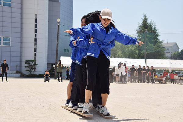 最初の競技は、全員で息を合わせることが重要な「ムカデ競争」。さっそく参加者のチームワークが試されます。