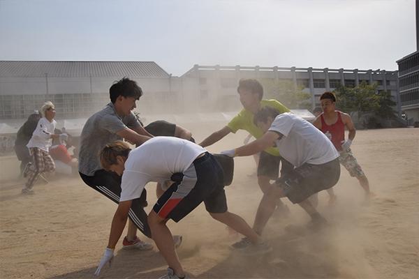 「タイヤ奪い」は砂埃が巻き上がるほどの白熱ぶりで、見ている人を圧倒。一際大きな歓声が上がります。