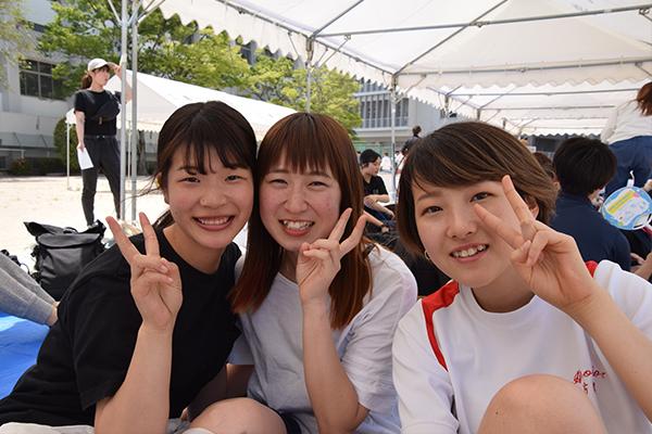 初めてあおぞら運動会に参加したという広島文化学園大学3年の竹内英梨香さん(左)、山田真帆佳さん(中)、川口夢乃さん(右)。「運動会のスケールの大きさにびっくり。広島工大だけでなく、他大学の人とも交流できて、とても楽しいです」と話してくれました。