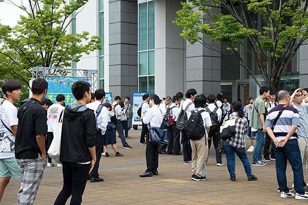 開場前からもう多くの高校生・保護者の方々が集まり、扉が開くのを今や遅しと待ちわびていました。