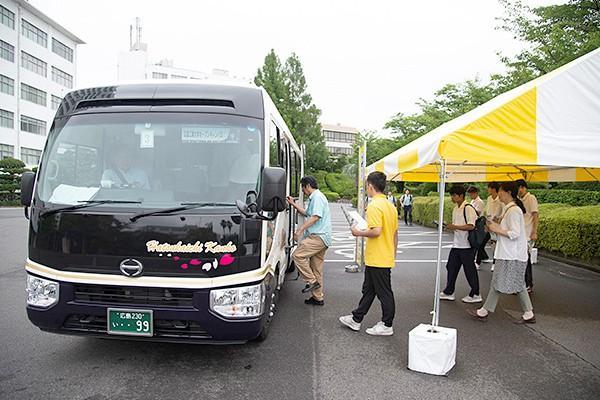 キャンパス内はとても広く、各学科へ移動するための循環バスが用意されていました。