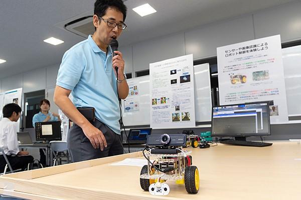 音声認識システムを搭載した車は、1年生の実習で、超音波センサなどを学ぶのに使う予定だそう。1年生でもうスマートミニカーの基礎を修得できるわけです。