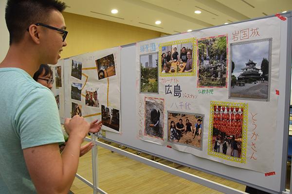 開式前、会場では留学生が滞在中に経験したことをまとめた手作りポスターを掲示。訪れた参加者に留学生が説明していました。