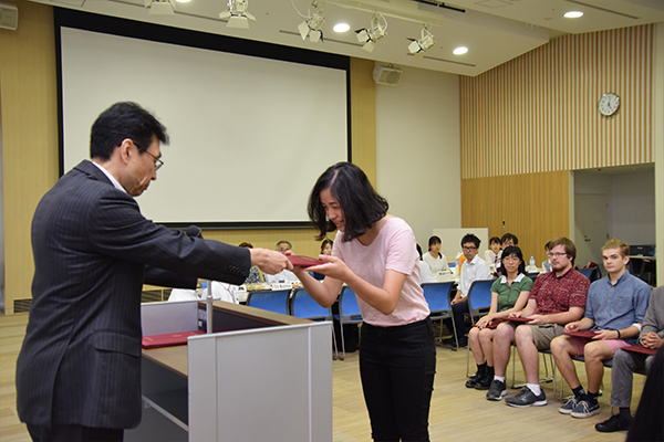 閉講式は、修了証書の授与からスタート。長坂学長から一人ひとり証書を受け取る留学生たち。