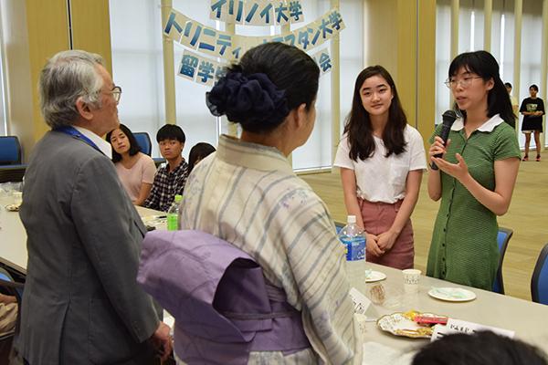 ホームステイ先のご家族にお礼を伝える留学生たち。「広島のいろんな場所に連れて行っていただいたこと、着物や浴衣の着付けを教えてもらったことは、とても素晴らしい経験でした」