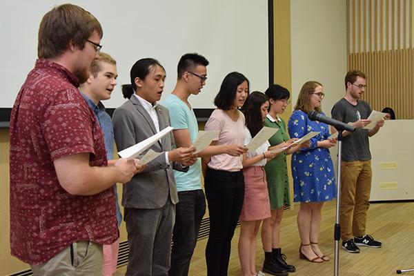 留学生は、感謝の気持ちを込めて歌をプレゼント。「旅立ちの日」と「カントリーロード」の2曲を熱唱。会場からは自然と手拍子が起こります。