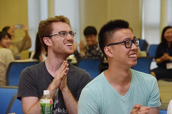 八千代校舎宿泊研修、とうかさん、宮島見学...カラオケで学生ボランティアと一緒にふざけあった思い出などもスクリーンに映し出され、大きな笑いが起こります。