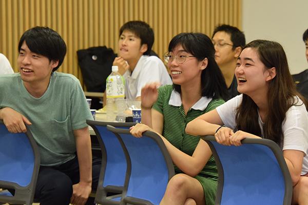 学生やお世話になった教職員からのビデオメッセージも盛り込まれた超大作のムービー。会場は笑顔に包まれていました。