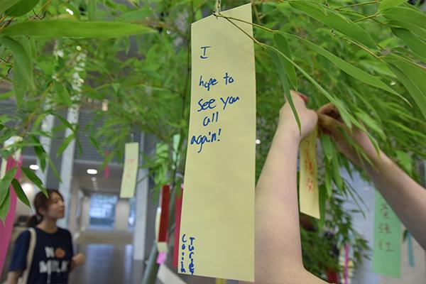 留学生は七夕の短冊に願いを託して広島工大を後にしました。「I hope to see you all again!」また、みんなと会えますように。