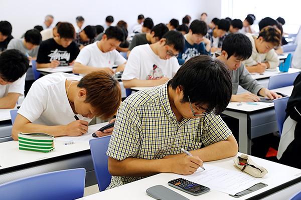 小テストに取り組む学生たち
