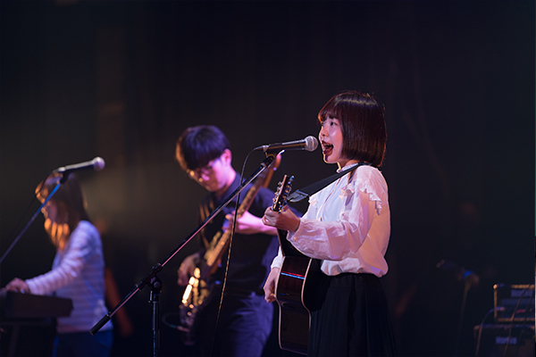 ロック部は女性ボーカルの、太陽のような明るい歌声で会場を魅了します。