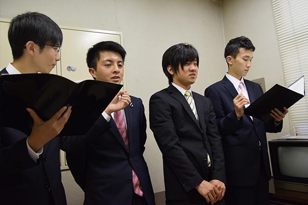 本番直前までリハーサルを行うMC担当の学生たち。司会台本も学生たちだけでつくったそう。