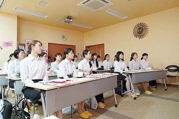 17人の学生が参加。会社説明、工場見学、座談会を通して化粧品業界について学びました。