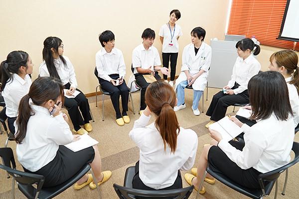 座談会では「学生時代にやっておくべきことはありますか?」など、学生たちは次々と質問を投げかけていました。