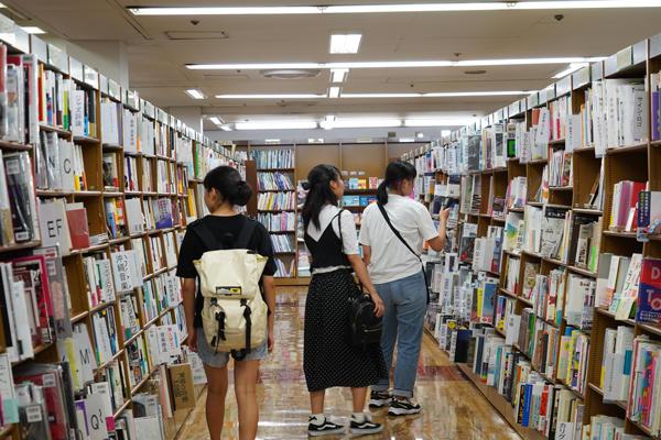 書店内を回る参加学生たち。充実の品揃えに目移りしてしまう嬉しい悩み。
