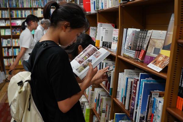 ついつい熟読してしまう参加学生。選ぶ楽しさを通して、本がもっと好きになりますね。