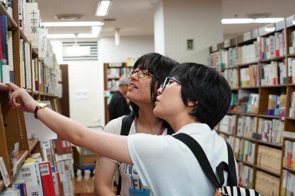 偶然の出会いでも本当に必要な本なのか、学生同士で冷静に話し合う姿がありました。