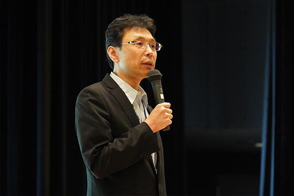 開会に先立ち、長坂学長が「言われたことだけでなく、自分なりの工夫を加えてみてください」と挨拶。