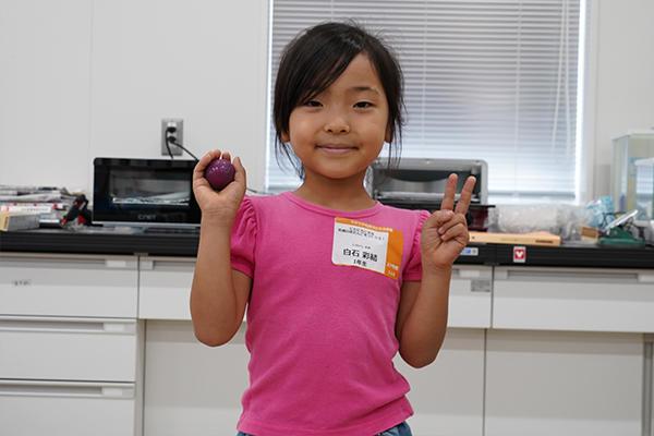 泥だんごを見せてくれた白石彩結さん(1年生)「色をつけるのが楽しかった!またつくりたいです」