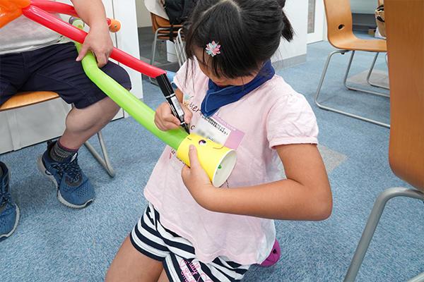 風船聴診器にはマジックやテープで飾り付けも。子どもたちの自由な感性が光っていました。