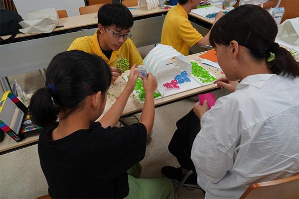 模型には植栽や飾りつけも行い、デザイン性も加えていきます。学生も一緒にお手伝い。