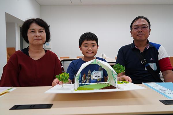 伊達瑛士くん(5年生)は3回目の抽選で念願の参加。「柱がないのに強度を保てることに驚きました」