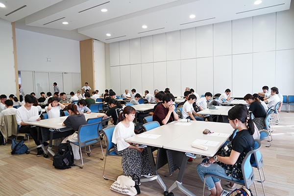 学科も学年もバラバラ。初対面同士のメンバーでグループを組み講座ははじまりました。