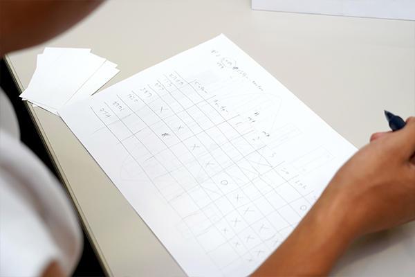 表を作成しポジションの可能性を○×で絞り込む班も。協力し合う中で創意工夫が生まれていました。