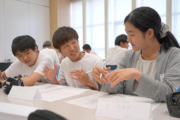 自身の経験を踏まえながら、回答の選択理由を伝える学生。相手の反応から、自分の伝達力を知るきっかけにもなります。