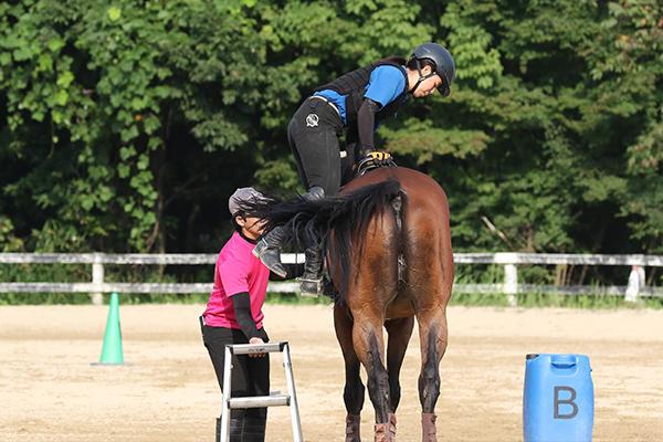 手入れや掃除が終わると馬場に出て騎乗。いよいよ本格的に馬術の練習に入ります。