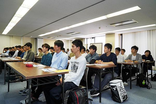 38人の学生が広島支店を訪問し、会社説明と施工現場の見学を行いました。