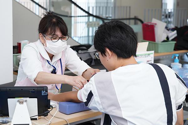 問診が終わると血圧や血液を測定し、献血できる基準値を満たしているか確認。