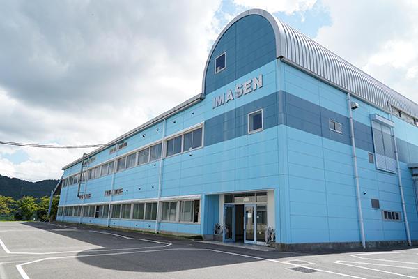 東広島市八本松にある広島工場を訪問。会社説明と工場見学後、分析のため製造現場の測定を行いました。
