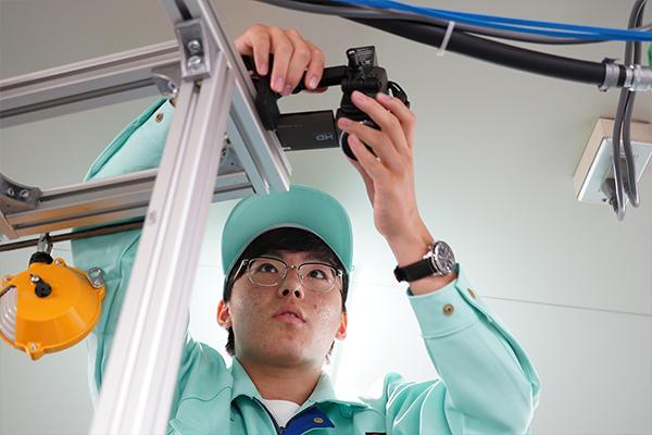 定点カメラを設置し作業員の動作を撮影。映像は持ち帰って細かく分析し、数値化していきます。