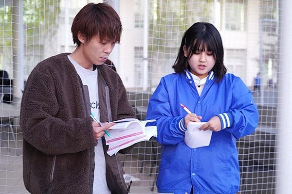 山本さんと意見を交わしながら、その場で台本を修正する実行委員。