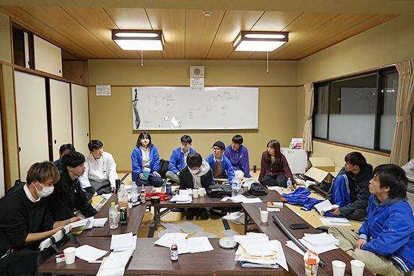 リハーサル後、すぐにミーティングを開き、反省点と改善案をみんなで話し合っていました。