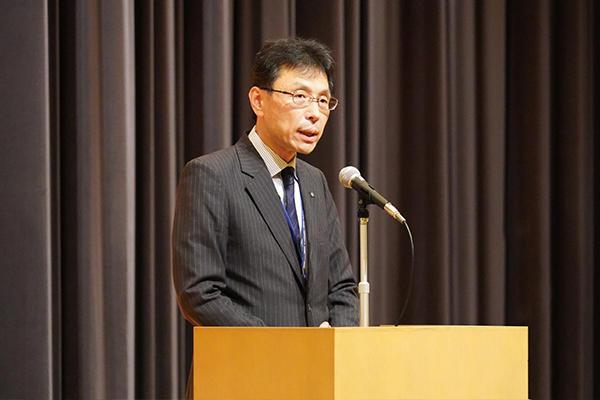 「教職員との交流を通して大学への理解を深めていただくとともに、ご要望があれば直接お話しください」と長坂学長が挨拶。