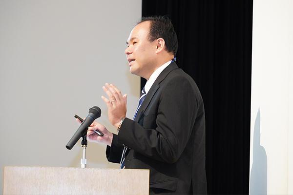 「学生の満足度をさらに上げていくべく、教育に取り組んでまいります」と説明する吉田学務部長。