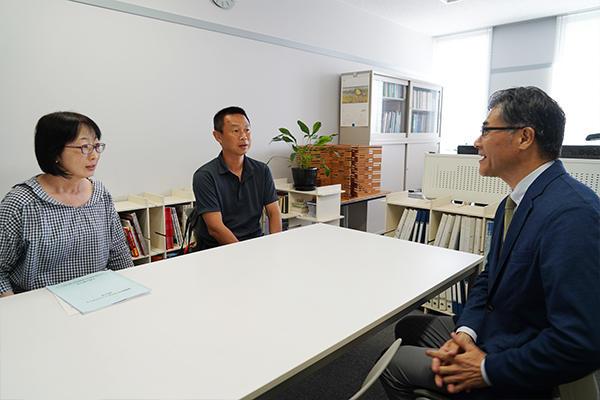 個人懇談会をする岡野有汰さん(建築工学科1年)のご両親。「子どもは学校のことをあまり話さないので、こういう機会はとてもありがたいですね」