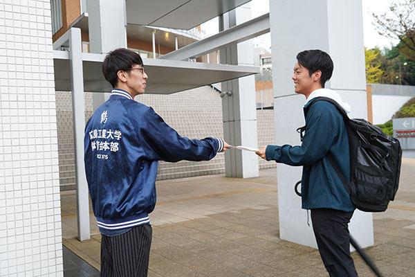 学内では朝から、登校してくる学生にチラシ配りを行っています。