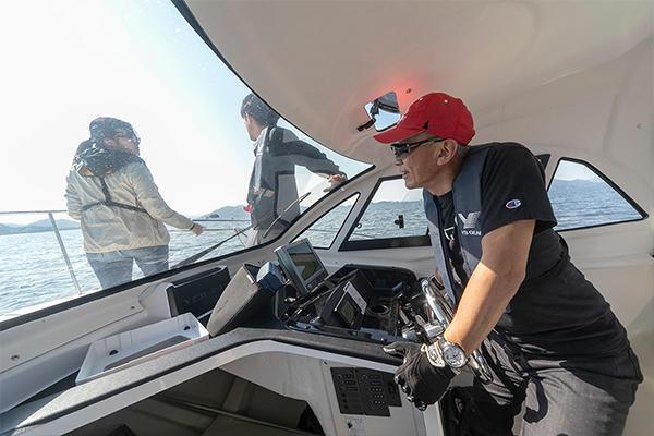 学生たちを率いるのは情報工学科の濱崎先生。自ら舵をとり、船をコントロールします。