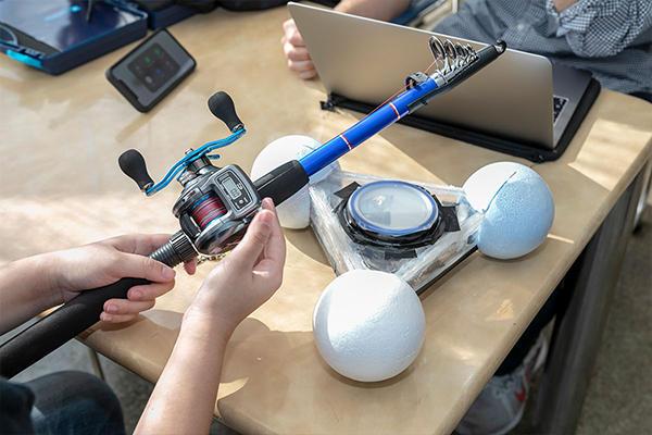 1辺30cmほどの三角形の器具は「クローバーブイ」。今回、海上で行う実験の主役です。中に加速度センサと通信用デバイス(市販されているマイコンで独自に制作)が搭載されています。