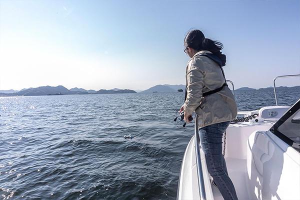 そのまま船を後退させ、ブイと船の間隔を10mほど取ります。