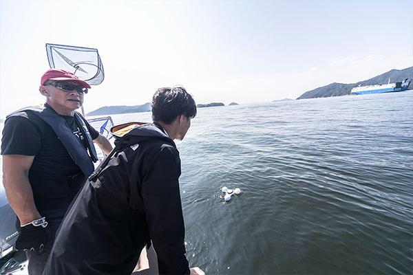 観測を終え帰港しようとしたところ、大型貨物船の航行を発見。大型船は通過時に大波を起こすため、風波とは異なる波形の観測データを取得できます。そこで急遽、観測を開始。
