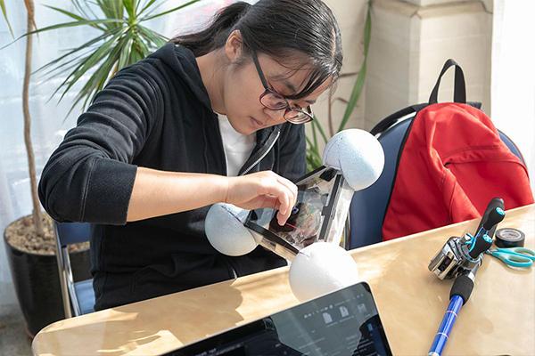クローバーブイは学生の手作り。通信デバイスやバッテリーなどの電子機器を搭載するため、防水は特にしっかりやっておかないといけません。実験開始前、ビニールテープで継ぎ目を厳重にふさぎます。