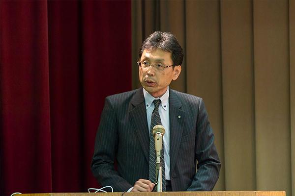 シンポジウムの冒頭、挨拶に立った広島工業大学・長坂学長。