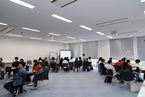 放課後、海外留学に興味のある学生が説明会のある教室に集合。
