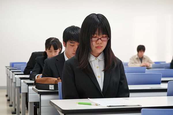 少し緊張気味で順番を待つ派遣留学生たち。この日のために用意した原稿に直前まで目を通していました。