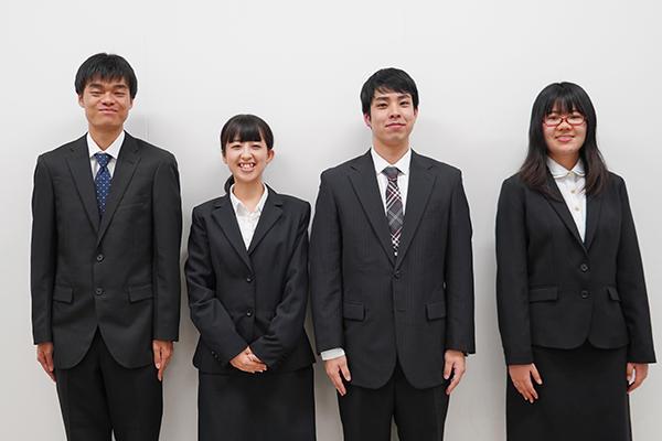 左から手島さん、近藤さん、坂本さん、山口さん。次の目標に向かって頑張ってください。報告おつかれさまでした!